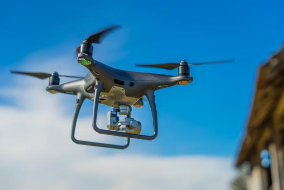 DRON Z TOREM PRZESZKÓD