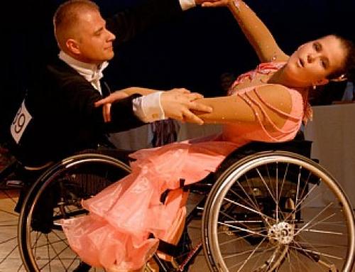 Pokaz tańca towarzyskiego na wózkach inwalidzkich